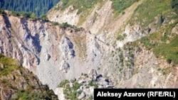 Место, где была прорвана естественная плотина. Алматинская область, 18 июля 2010 года.