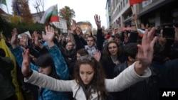 Студенты подняли руки вверх во время антиправительственной демонстрации. София, 13 ноября 2013 года.