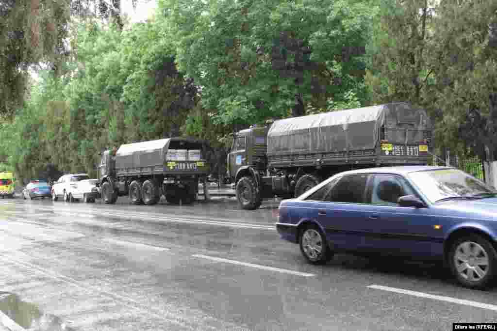 Машины спецназа, стоящие на обочине дороги во время праздничного мероприятия. Шымкент, 1 мая 2018 года.