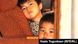 Өзбек босқындарының балалары ата-аналары экстрадицияланған күннің ертеңінде. Алматы, 10 маусым 2011 жыл.