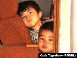 Дети узбекских беженцев-мусульман, проживавших в доме в поселке Карасу, в ночь после экстрадиции их родителей. Алматы, 10 июня 2011 года.