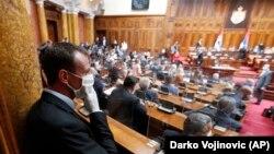 Сербські депутати під час засідання працювали у масках та рукавичках