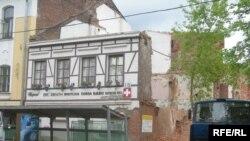 Ад гістарычнага будынка застаўся кавалак франтону