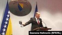 Dragan Mektić pokazuje sliku pripadnika paravojne skupine
