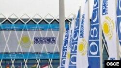ԵԱՀԿ-ի դրոշները Աստանայի Անկախության պալատի մոտ, որտեղ անցկացվում է ԵԱՀԿ-ի գագաթնաժողովը