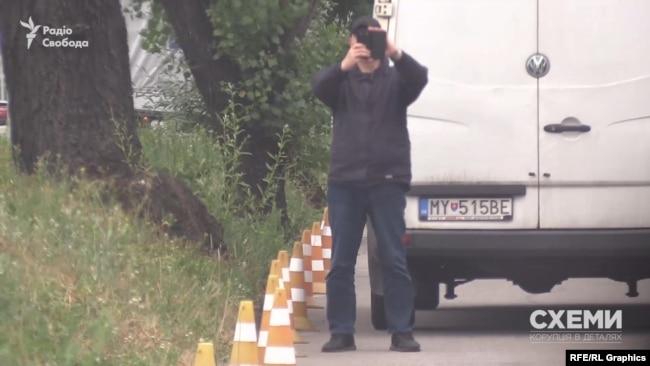 Як тільки знімальна група запаркувалась на заправці, її відразу знайшли і сфотографували співробітники УДО