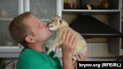 Олег Зубков и новорожденный львенок, архивное фото