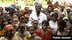 Дени Муквеге и некоторые спасенные им женщины
