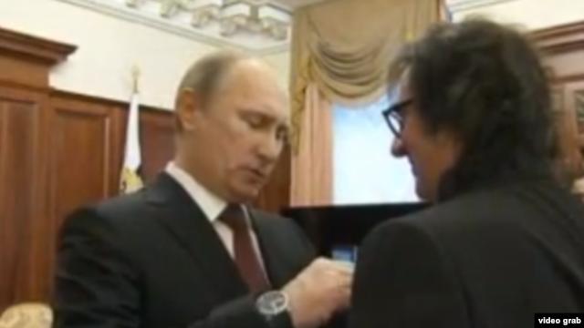 Vladimir Putin decorîndu-l pe altistul Iuri Bashmet în ianuarie, la împlinirea vîrstei de 60 de ani
