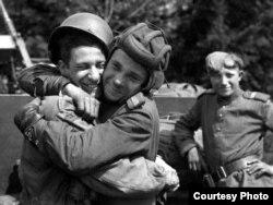 Російський солдат обіймає фотографа з 82-ї повітряно-десантної дивізії США, який був приєднаний до 2-ї британської армії, травень 1945 року, Грабов, Німеччина. Фотокопія знімка, зробленого на фотовиставці в Алмати