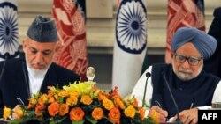 دافغانستان ولسمشر حامد کرزي او د هند وزیر اعظم منموهن سینګ پر ستراتیژیک تړون لاسلیک کوي.