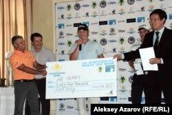Победителю Kazakhstan Open Скотту Генри вручают приз. Алматы, 16 сентября 2012 года.