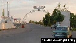 На автодороге в Шахритусском районе Хатлонской области Таджикистана.