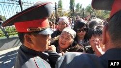 Милиция митингчилердин алдын тосууда. Бишкек, 10-октябрь, 2012.
