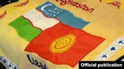 Госфлаги Узбекистана (слева) и Кыргызстана.