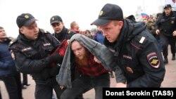 Алексей Навальныйды қолдау акциясына қатысушыны полиция әкетіп барады. Екатеринбург, 7 қазан 2017 жыл.