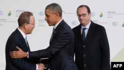 Presidenti amerikan Barack Obama (në mes) duke u përshëndetur me sekretarin e përgjithshëm të OKB-së Ban Ki-Moon, pasi ishte pritur nga presidenti francez Francois Hollande (djathtas)