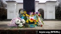 Активісти принесли до пам'ятника Шевченкові квіти, прикрашені синьо-жовтими стрічками, Сімферополь, 9 березня 2018 року