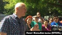 """Москвада айлык ала албаган мигранттар """"Мой Город"""" ортомчу агенттигинин юристи менен жолугушууда."""