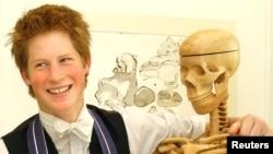 Принц Гарри, внук Елизаветы II, тоже учился в Итоне. Фото сделано в 2003 году именно там