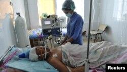 Жаңаөзен қалалық ауруханасында медбике жараланып түскен адамды қарап жатыр. Жаңаөзен, 19 желтоқсан 2011 жыл.