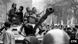 Радянські війська оточені чехословаками-протестувальниками на вулицях Праги, 21 серпня 1968 року