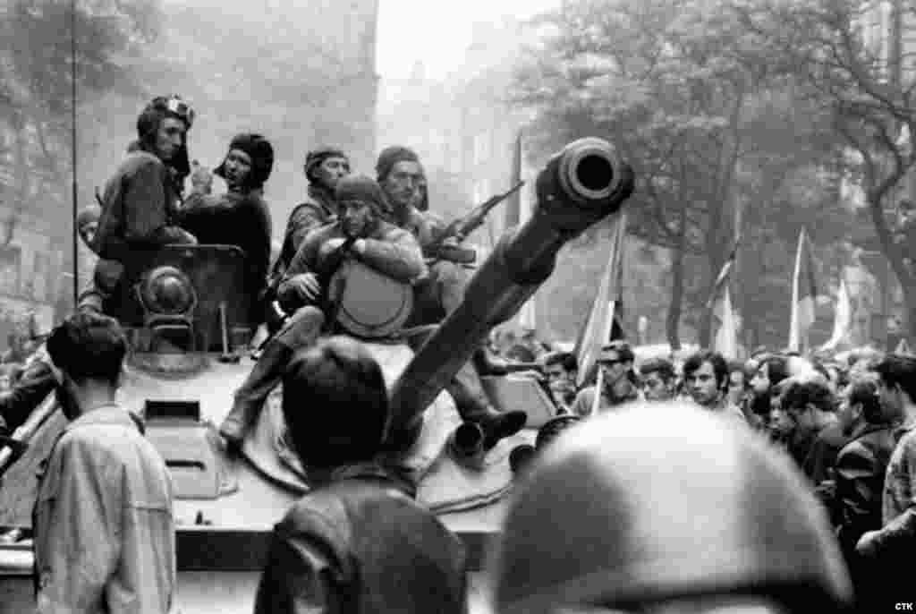 Варшава шартномаси давлатлари кучлари Чехословакияни истило қилган 1968 йил августда жаҳли чиққан чехословаклар совет кучлари билан келишмовчиликка боришди.