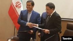 عبدالناصر همتی، رئیس کل بانک مرکزی ایران (چپ) با همتای عراقی خود علی العلاق. ۱۷ بهمن ۹۷