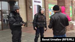 Полицейские не впускают жителя Уральска в торговый дом во время антитеррористических учений. 6 марта 2017 года.
