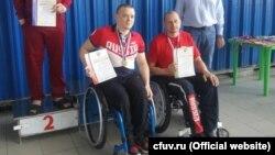 Cтудент Севастопольского экономико-гуманитарного института «КФУ», паралимпиец Андрей Граничка (cлева) установил мировой рекорд