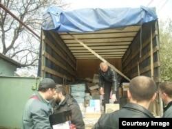 Добровольці допомагають заблокованій військові частині