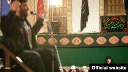 سعید حدادیان در حال مداحی در حضور رهبر جمهوری اسلامی