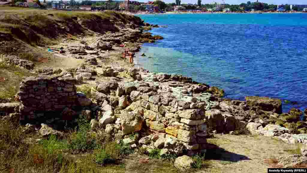 Дикий пляж под руинами античных стен