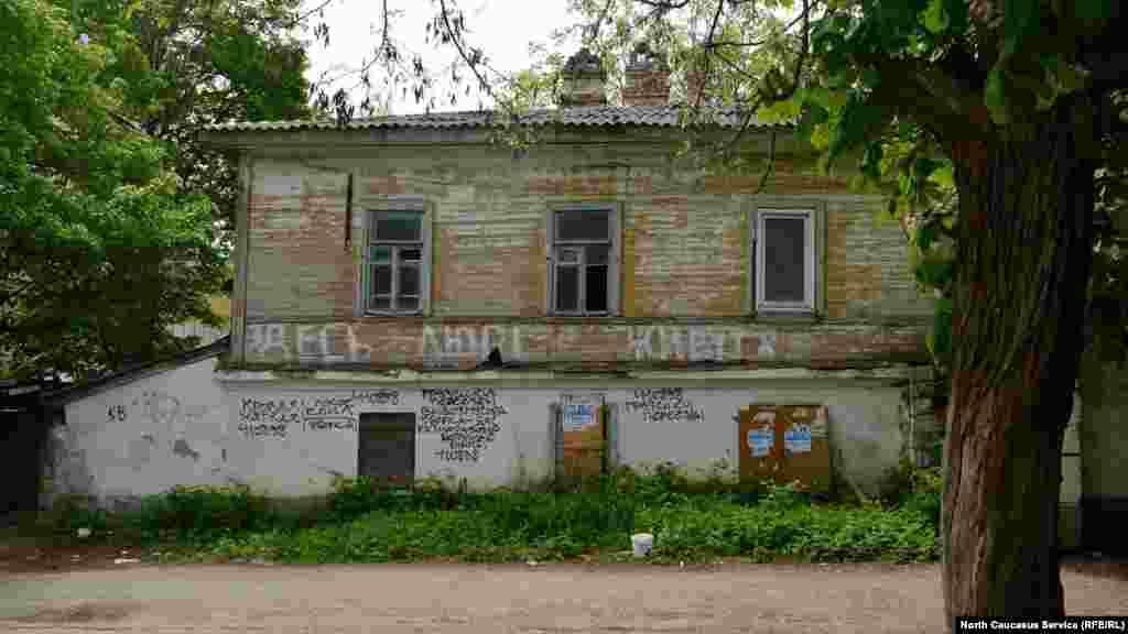 Қала орталығындағы Ленин көшесінде орналасқан бұл үйде әлі де адамдар тұрып жатыр.