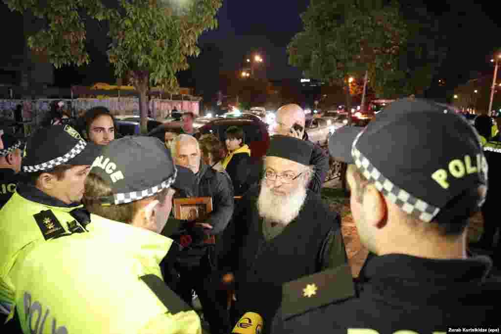 На протесты против показа пришли и священнослужители. Фильм завоевал признание критиков во всем мире, но Грузинская православная церковь осудила его, назвав «оскорблением традиционных грузинских ценностей».