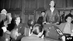 """I vetëdeklaruari """"qyetar i botës"""", Garry Davis gjatë paraqitjes para një gjykate penale në Paris, 4 tetor, 1949"""
