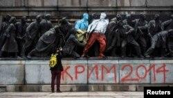 Figuri ale unui monument din epoca sovietică de la Sofia vopsite în culorile drapelelor Ucrainei şi Poloniei.