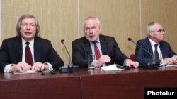 ԵԱՀԿ Մինսկի խմբի համանախագահներ Ջեյմս Ուորլիքը (ԱՄՆ), Իգոր Պոպովը (ՌԴ) և Պիեռ Անդրիոն (Ֆրանսիա) Երևանում ասուլիսի ժամանակ, 9-ը ապրիլի, 2016թ.
