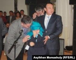 Мерей, дочь Заманбека Нуркадилова, плачет, выступая на поминках в честь его 70-летия. Алматы, 17 января 2014 года.