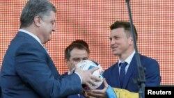 Руслан Ротань (праворуч) спілкується з президентом України Петром Порошенком під час церемонії закриття Євро-2016 у Києві