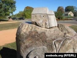 Камень зь міні-Каложай, міма яго трэба ісьці да храма