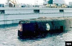 Пошкоджена рубка атомного підводного човна «Курськ» над поверхнею води в порту Росляково, під Мурманськом, 23 жовтня 2001 року