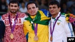 Rishod Sobirov (o'ngda) bronza medali bilan.
