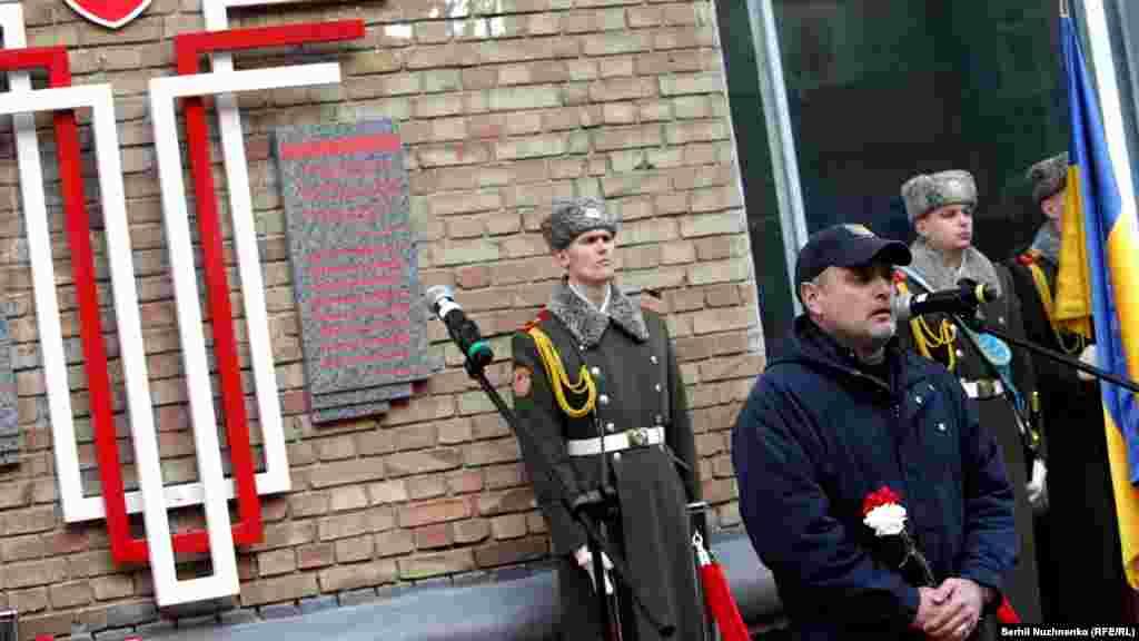 Автор меморіальної дошки Гліб Гржабовський (у Гліба під час оборони Донецького аеропорту загинув син)