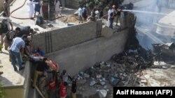На місці падіння літака в житловому районі Карачі, Пакистан, 22 травня 2020 року