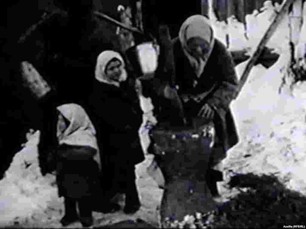1920нче ачлык елларында Оренбур тобәгенең Бозаулык шәһәрендә инглиз һәм американ миссионерлары төшергән видеодан алынган сурәтләр