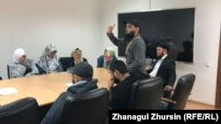 In a meeting with local officials, several Aqtobe residents demanded their children be allowed to wear the Islamic head scarf in school.