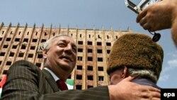 По абхазским телеканалам сегодня вновь демонстрировали памятные всем и волнующие телекадры состоявшегося во второй половине дня шесть лет назад на площади Свободы в Сухуме митинга и яркого выступления на нем тогдашнего президента Абхазии Сергея Багапша