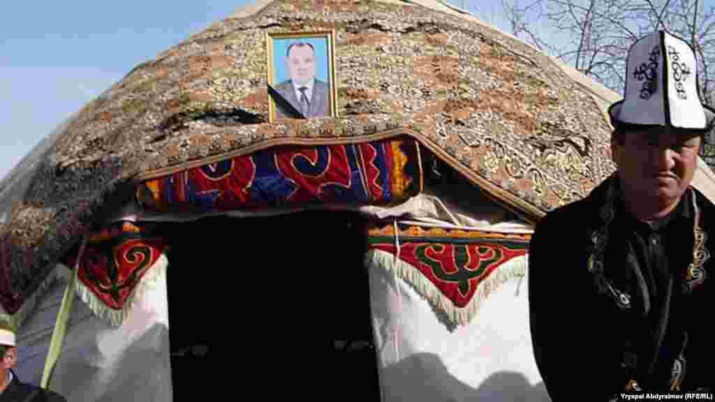 В Базар-Кургане прошли похороны Асылбека Текебаева младшего брата лидера социалистов Омурбека Текебаева.