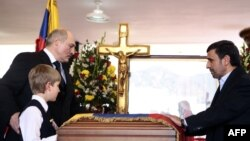 Махмуд Ахмадинежад, Александр и Николай Лукашенко у гроба Чавеса